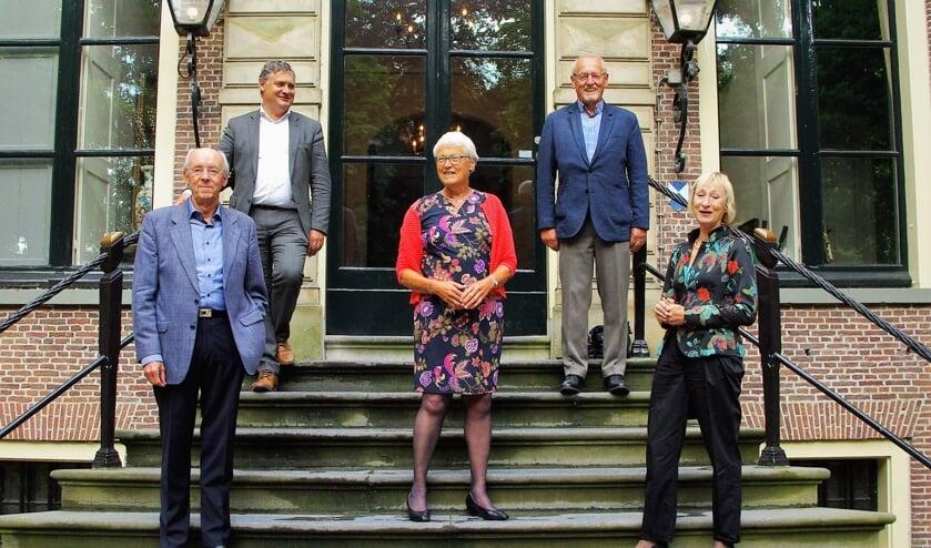 Ereburger Rianne Meester-Broertjes (midden) op het bordes met (vanaf linksboven met de klok mee) Oud-Poelgeest directeur Jan-Willem Besselink, Huub Hendrix, Moniek Steenland en Onno Koerten.  
