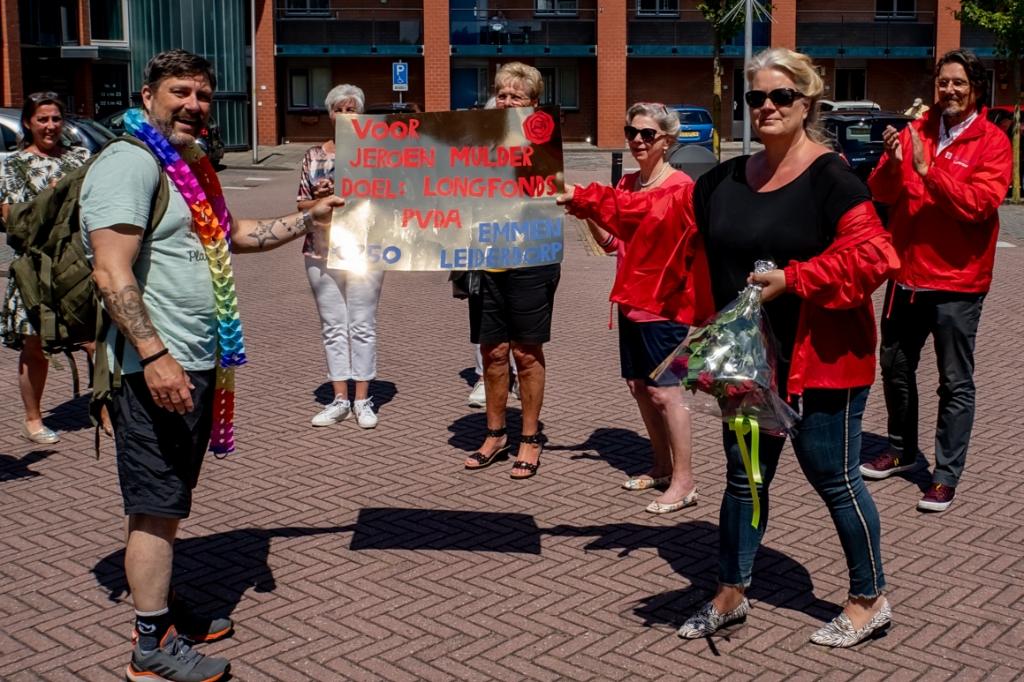 Joyce van Reijn overhandigde Jeroen Mulder een cheque van 250 euro voor het Longfonds namens de PvdA Leiderdorp. | Foto: J.P. Kranenburg  Foto: J.P. Kranenburg © uitgeverij Verhagen