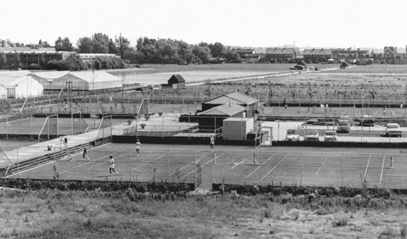 Fotobijschrift: De tennisbanen van HTC in de jaren '70. Foto: Archief SVvOH.