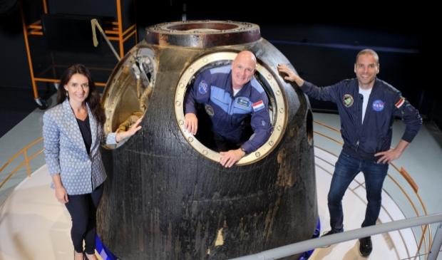 Space Expo algemeen directeur Barbara Hoppel, astronaut André Kuipers en schrijver Sander Koenen. Foto: pr                                                                                                                           © uitgeverij Verhagen