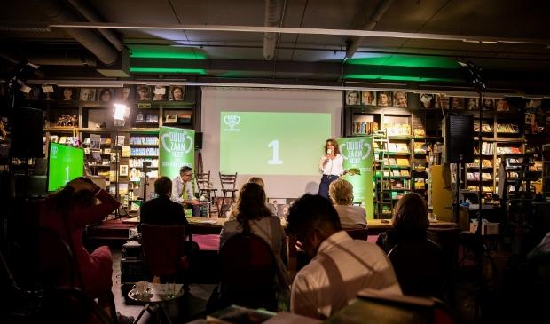 Wethouder Karin Hoekstra maakt de keuze van de jury bekend. | Foto: Martine Goulmy.  © uitgeverij Verhagen