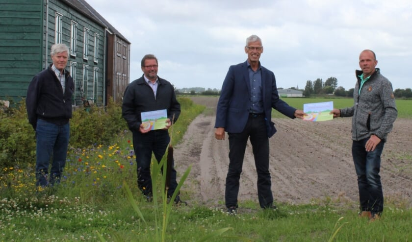 Overhandiging van de folder: Zeven makkelijke maatregelen voor de patrijs. Van links naar rechts: Jan Hoogeveen, Aad van Eeden, Piet van der Poel en Mart Duineveld.