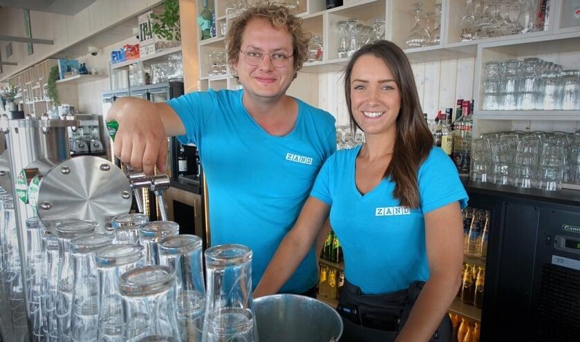 Dirk en zijn vrouw Ilona in hun 'grandcafé' aan strand.