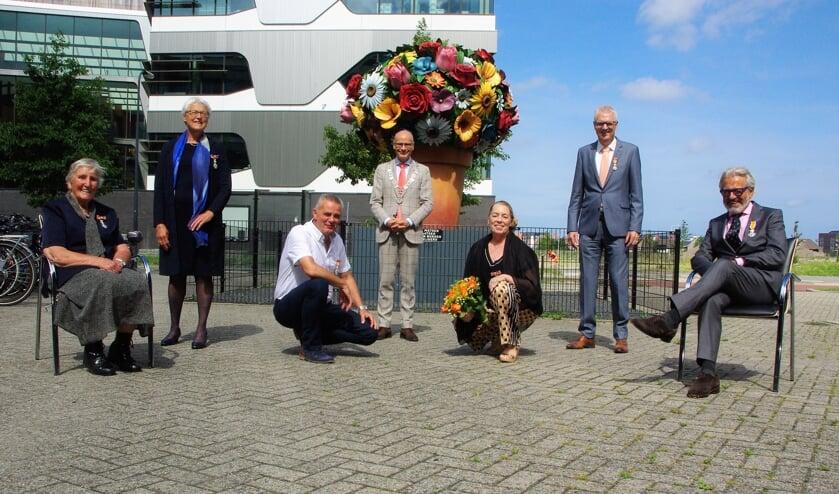 De zes gedecoreerden met burgemeester Jaensch na afloop van de plechtigheid. | Foto Willemien Timmers