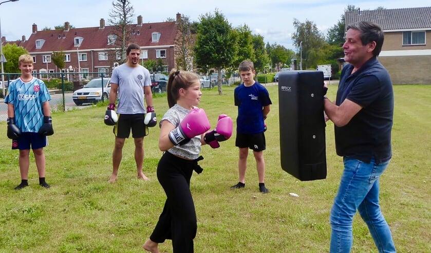 Voor wethouder Dennis Salman geen bokshandschoenen, maar een stootkussen. | Foto: Ina Verblaauw.
