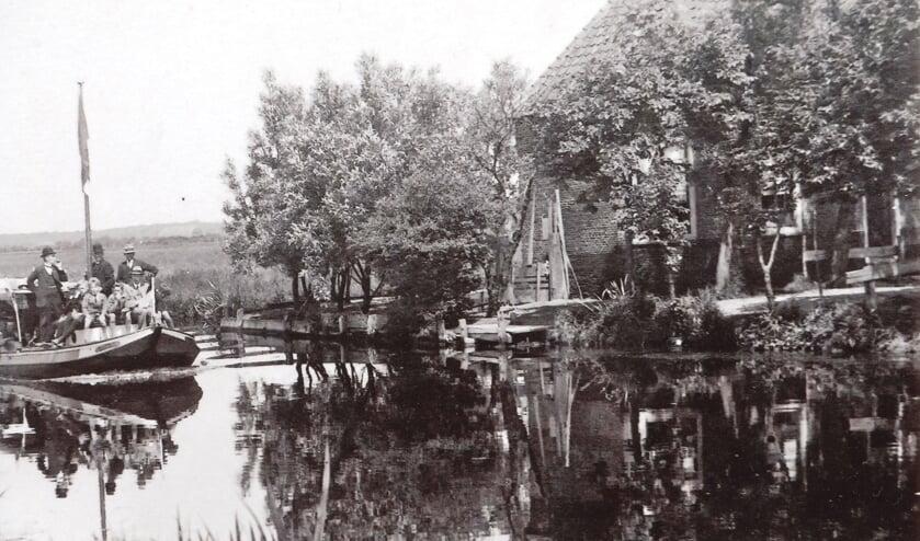 Spelevaren op de trekvaart ter hoogte van de voormalige boerderij De Knip in Voorhout.
