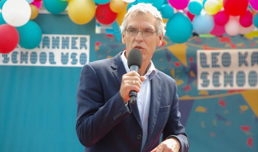 Douwe Splinter, locatiedirecteur van de Leo Kannerschool in Oegstgeest voor leerlingen met autisme, bij de diplomauitreiking in de derde week van juli.