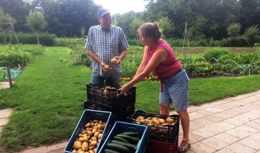 Vrijwilligers Reyneke en Henry regelden de gewassen voor de Voedselbank. | Foto: PR
