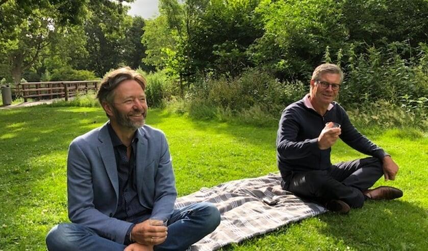Moderator Huibrecht Bos (l.) en medeorganisator Jan van Trigt in het park.