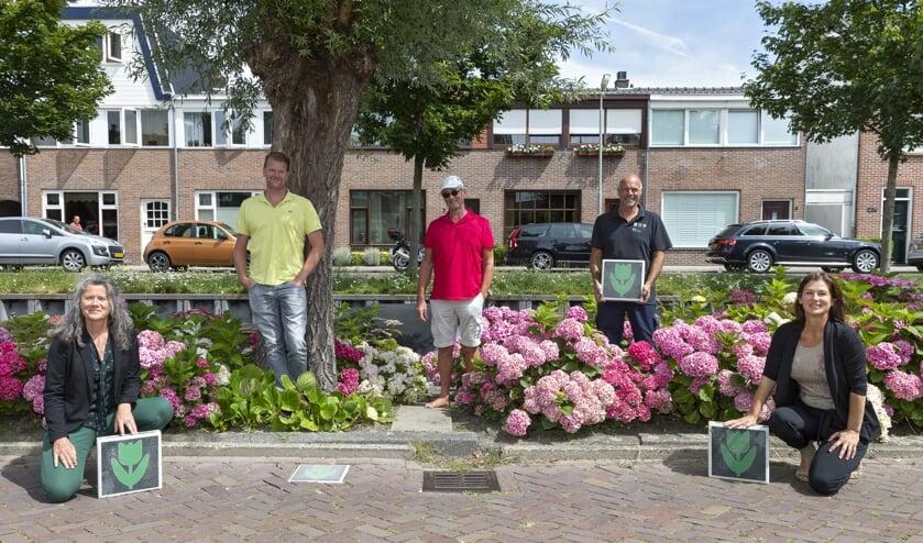 : Irma Crooijmans (wijkregisseur), Marco Dobbe (toezichthouder), Hans Helmus (initiatiefnemer), Dick Duivenvoorde (uitvoering), Loes Massaro (wijkregisseur). | Foto: pr./Sven van der Vlugt