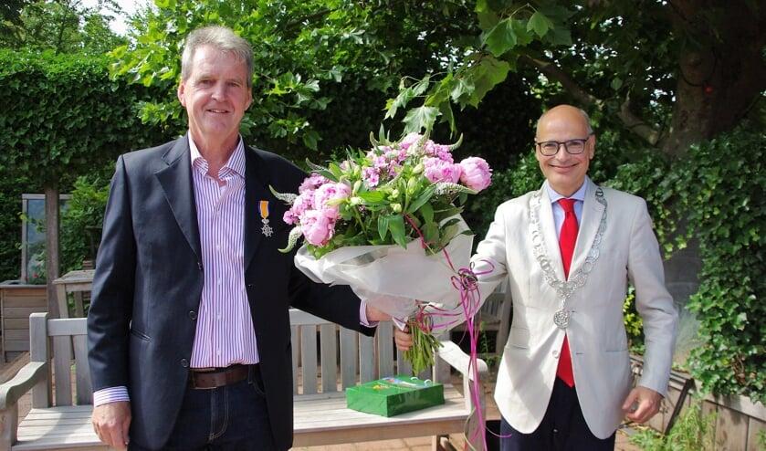Een verraste Dick de Groot ontving bij zijn afscheid een Koninklijke Onderscheiding. | Foto Willemien Timmers