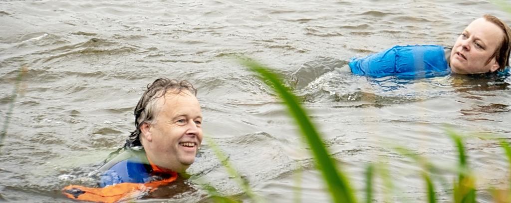 Zwemmen voor het goede doel. Foto: J.P.Kranenburg © uitgeverij Verhagen