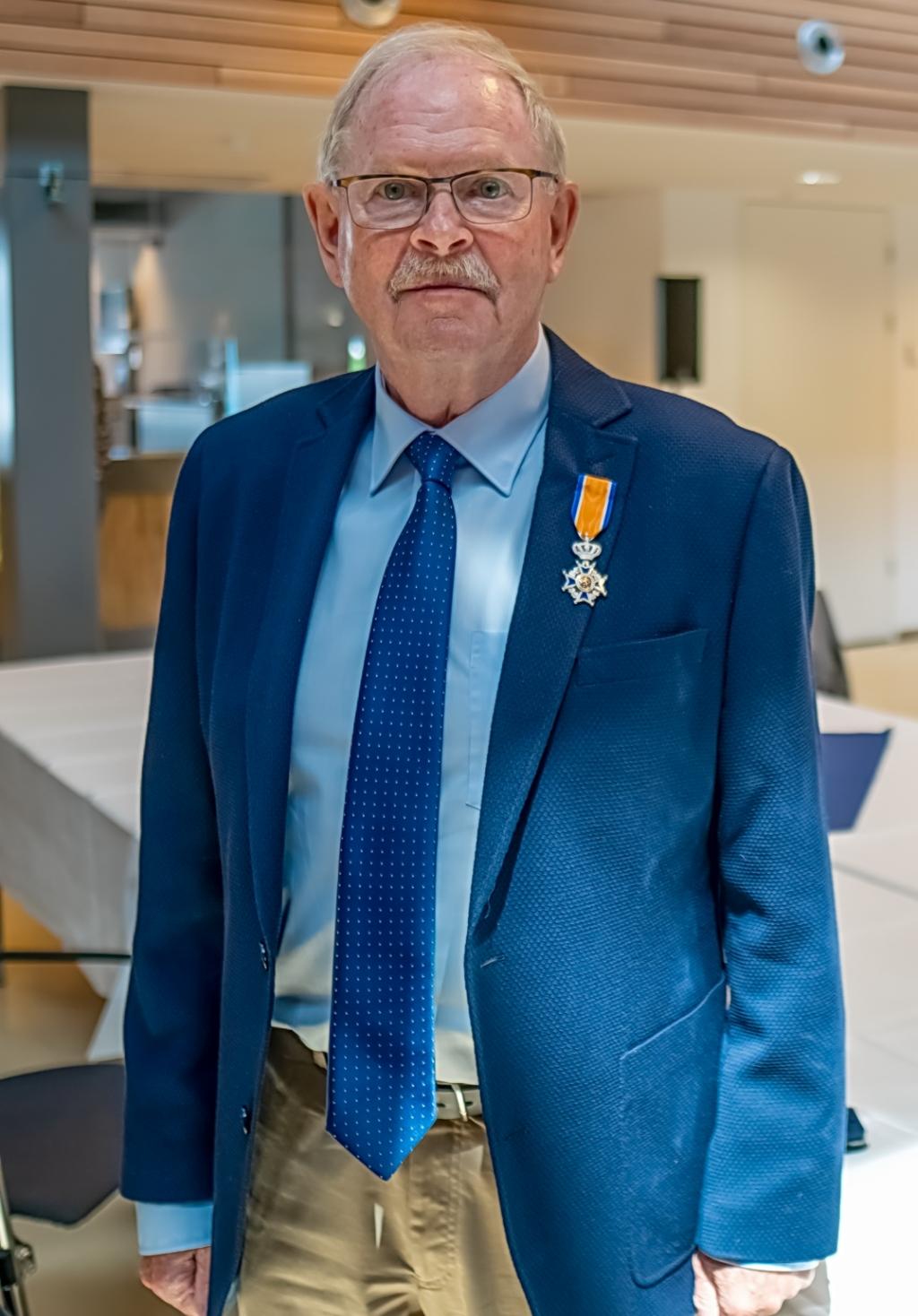 Niek de Wolf, Lid in de Orde van Oranje Nassau.  Foto: J.P.Kranenburg © uitgeverij Verhagen