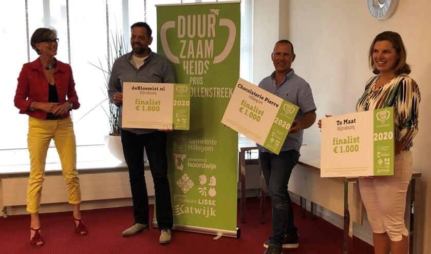 Wethouder Heleen Hooij reikt de oorkondes uit aan Thomas Clavaux (debloemist.nl), Gert van Soest (Chocolaterie Pierre) en Marjolijn Balk (To Maat).