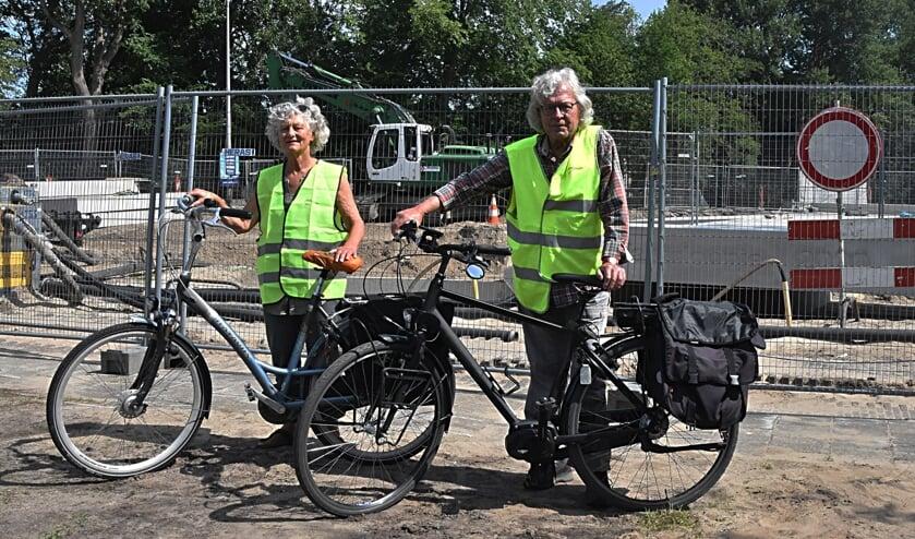 Bert en Saskia bij de bouwplaats met achter hen de tunnelbak. | Foto: PvK