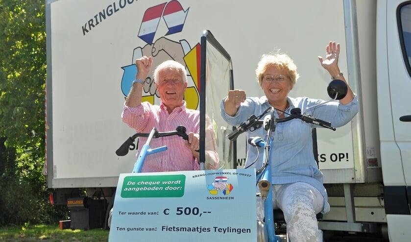 Krieno Bolt en Tekla Zwinkels met de cheque. Bij de overhandiging waren ook Petra Stelma (coördinator Sassenheim) en Paul Verbeek (penningmeester) aanwezig.