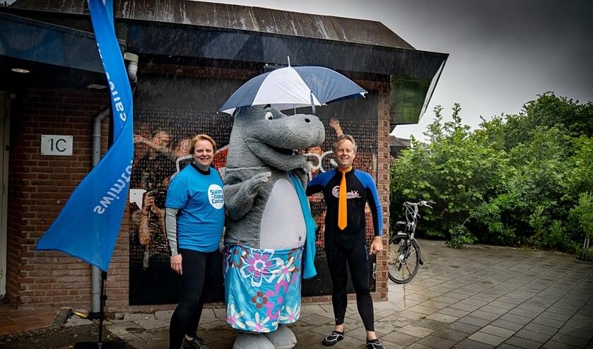 Wethouder Willem Joosten en project manager van Swim to Fight Cancer Leiderdorp Claudia Hoogmoed samen met zwemmascotte Jip, vlak voor ze de Dwarswatering in gaan. | Foto: J.P. Kranenburg