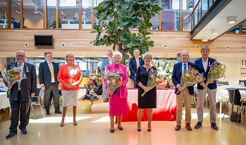 Vooraan met bloemen de gedecoreerden, v.l.n.r. Jan Albert Dop, Beatrix Nieuwenhuis, Rina Cooijmans, Niek de Wolf en Simon Verstraaten, achter het college van B en W met v.l.n.r. wethouder Rik van Woudenberg, burgemeester Laila Driessen en  wethouders Daan Binnendijk en Willem Joosten.