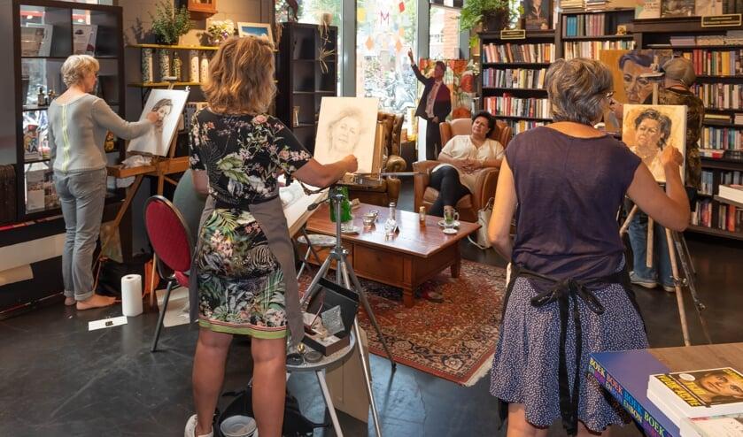 Burgemeester Wendy Verkley poseerde voor de kunstenaars van MEERkunst in het Cultuurcafé. | Foto: Richard van Egmond / tekst: Ina Verblaauw