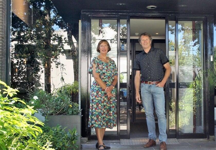 Architect Marcel van Dijk en Ali Hellinga voor de vernieuwde entree van Dorpscentrum Oegstgeest. | Foto PR
