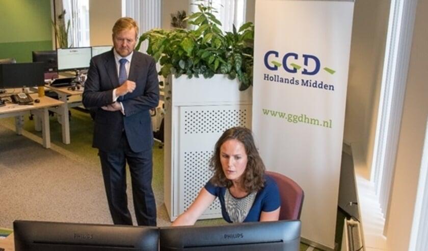 De Koning in gesprek met coördinator bron- en contactonderzoek. | Foto: Ed Hölscher.