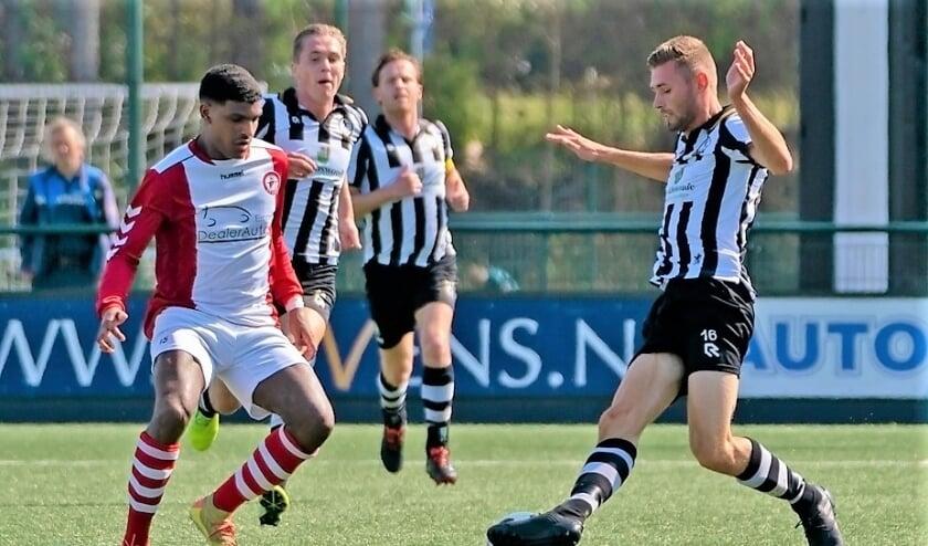 Melvin van Stijn draait hier door de Emmen-verdediging maar zijn assist levert geen doelpunt op. | Foto: Johanna Oskam
