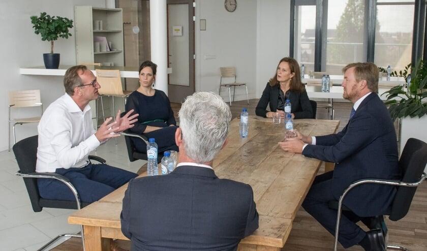 Koning Willem-Alexander in gesprek met de GGD over de bestrijding van corona.