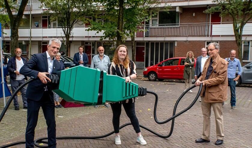 Gedeputeerde Berend Potjer (GroenLinks) verricht samen met bewoners Mariëlle van Gijzen en Egbert Boonstra de openingshandeling voor de  zonnestroominstallatie aan de Langedijkdreef.