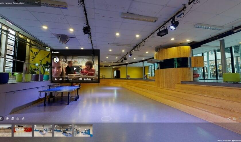 Met de virtuele tour op bezoek in de aula van het Rijnlands Lyceum Sassenheim.