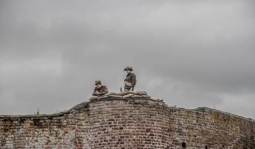 <p>Bezoekers aan de Ru&iuml;ne van Teylingen kunnen weer militaire taferelen van verschillende legers bekijken.   Foto: pr./Anne Moss</p>