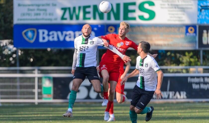 Sander Bosma in gevecht om de bal met Jari de Jong van Scheveningen.| Foto: Rob Romer/Orange Pictures)