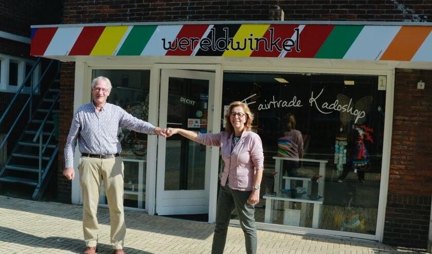 <p>Voorzitters Wim van Vliet (Sassenheim) en Marie Jos&eacute; Fles (Noordwijk) van de Wereldwinkels. | Foto: pr.</p>
