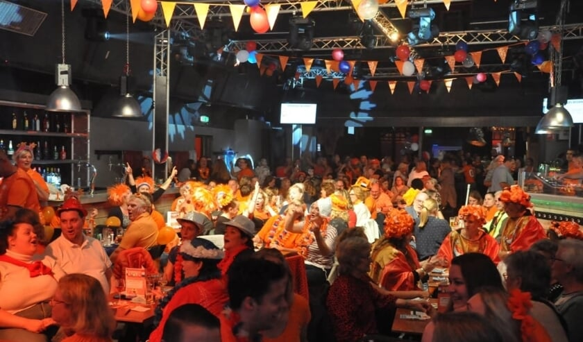 Oude tijden herleefden bij De Gewoonste Zaak, waar De Gaapstokken de Lissese Live Bingo hielden. Een bomvolle zaal in Viva Hollandia-outfits.