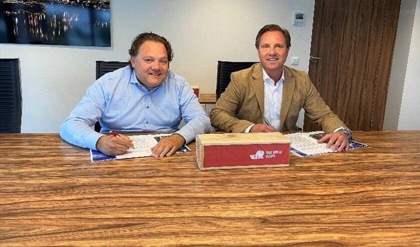 Ondertekening samenwerkingsovereenkomst door Harold De Jong (links) en Jan van Duijn. | Foto: pr