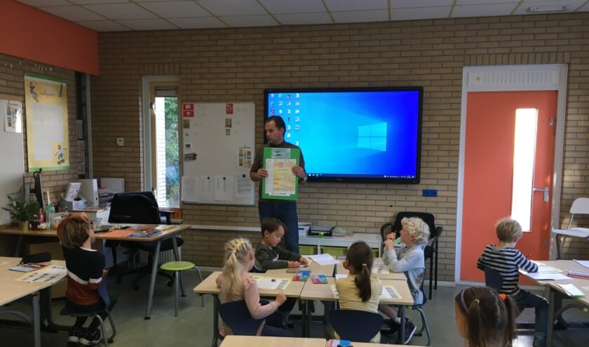 Bob van Zanten, directeur-bestuurder De Noordwijkse School, bespreekt met de leerlingen de resultaten van de Groene Voetstappenweek.