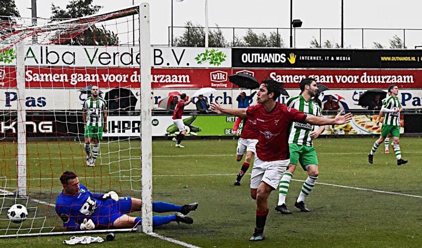 Maarten Reyneveld heeft de 1-0 binnen gekopt.   Foto: Piet van Kampen