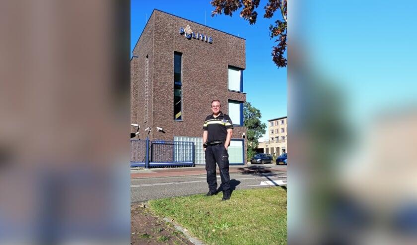 <p>Wijkagent Pieter Brussee voor het politiebureau van Leiden-Noord, waar Oegstgeest toe behoort. | Foto Willemien Timmers</p>