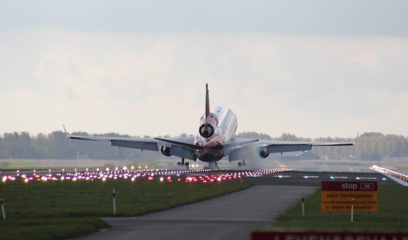Een landend vliegtuig bij Schiphol.