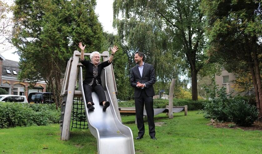 Mevrouw Mallo opent op geheel eigen wijze de speeltuin bij Berkhout door van de glijbaan te gaan!