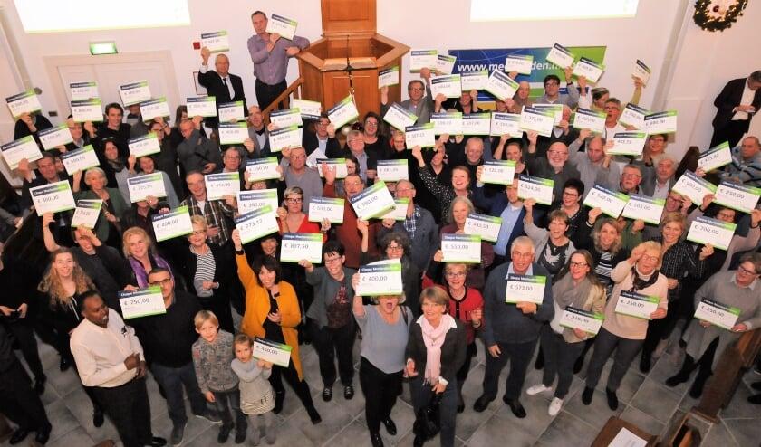 Veel vrolijke vrijwilligers met hun cheque van het Meerlandenfonds. |  Foto: PR