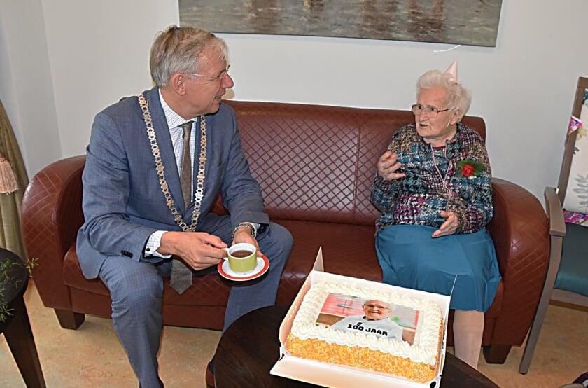 <p>De Katwijkse burgemeester Cornelis Visser op bezoek bij Nel Borst.  </p>