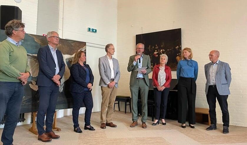 """<p>Wethouder Jan Nieuwenhuis (midden links) ontvangt uit handen van Guus Bannenberg het <a href=""""https://www.oegstgeestercourant.nl/nieuws/zorg-welzijn/70615/coalitie-zeker-thuis-sluit-pact-voor-toekomst-zorg"""" rel=""""noopener noreferrer"""" target=""""_blank"""">pact Zeker Thuis.</a></p>"""