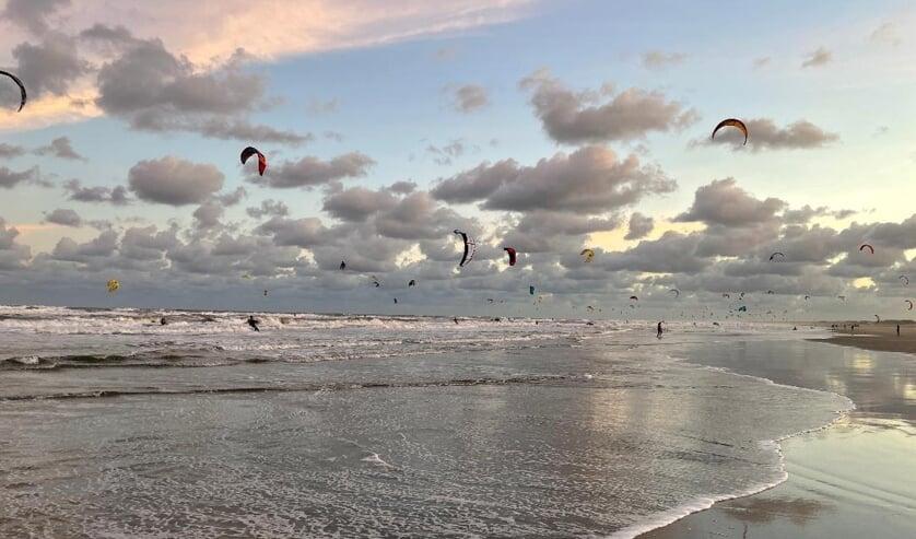<p>&nbsp;450 Kitesurfers passeerden Katwijk in de kitesurfmarathon van Hoek van Holland naar Den Helder.| Foto: Martijn van Dijk</p>