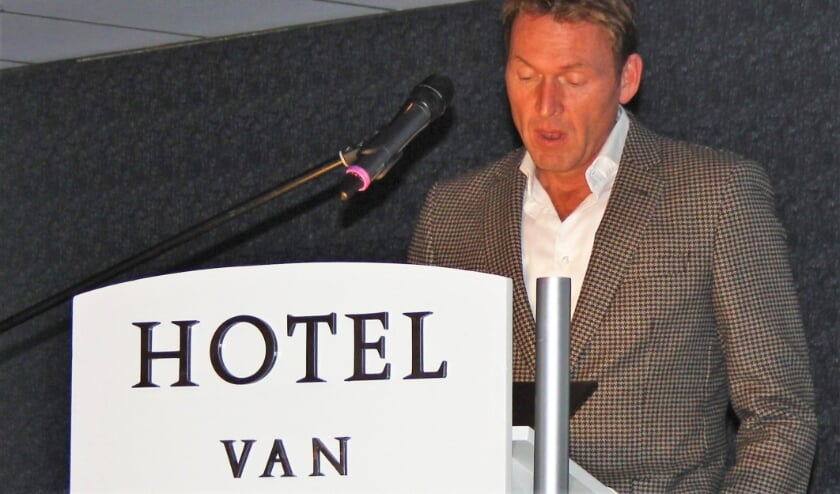 <p>NOV-voorzitter Arjan van den Akker verwelkomde een record aantal Soos bezoekers.</p>