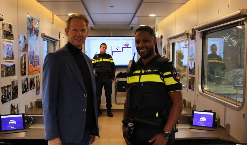 <p>Van Erk en wijkagent Kassi in het Media Lab.</p>