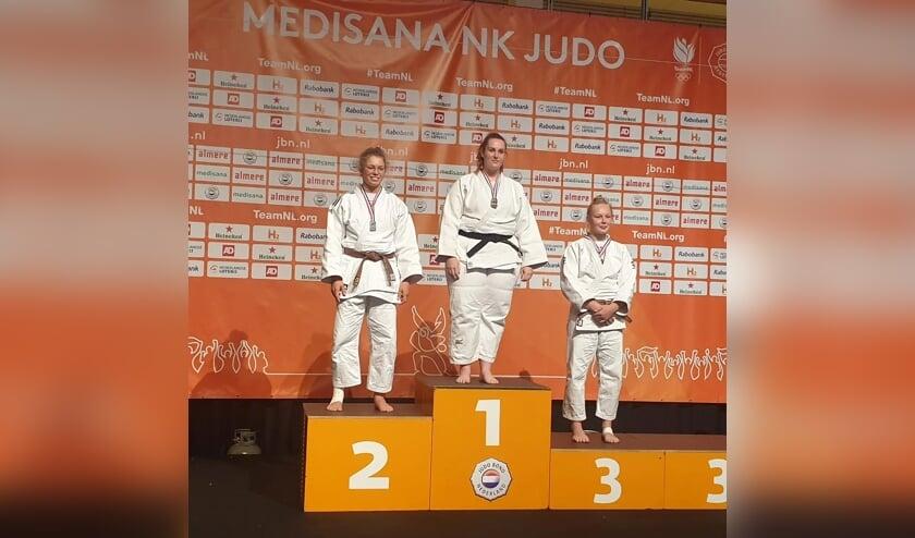 Eva Hornsveld (l) wint zilver op het NK Judo.