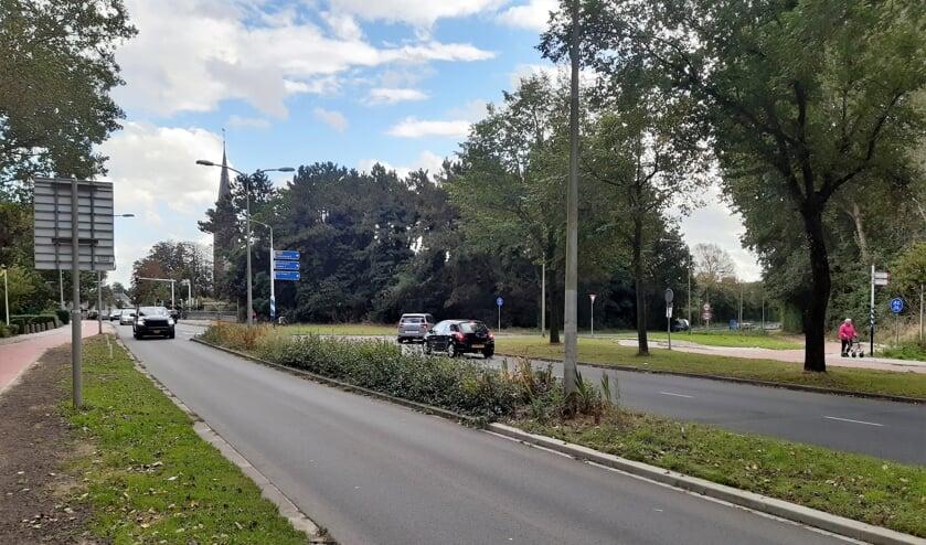 <p>Als de busbaan op deze kruising gaat aansluiten, dan komen daar verkeerslichten te staan om de bus vrije doorgang te geven. | Foto: RD</p>