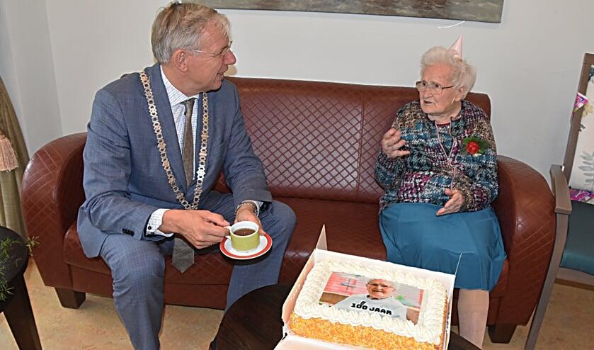 <p>Nel Borst werd honderd en kreeg de burgemeester op de koffie. | Foto: Piet van Kampen</p>