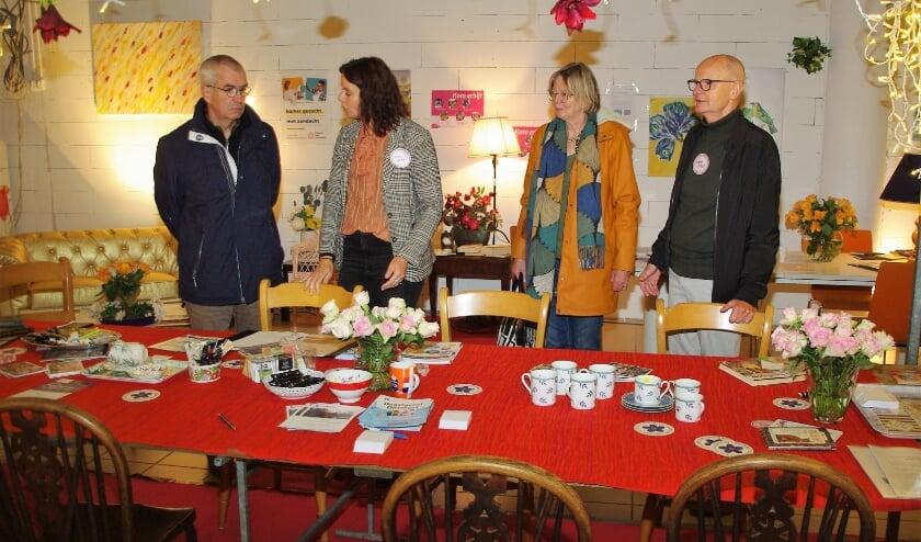 René Akkerman (geheel rechts) afgelopen week in de Pop-up Winkel in Winkelcentrum Lange Voort. |
