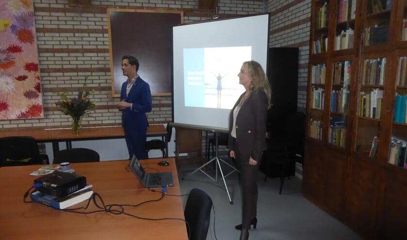 <p>Wethouder Ter Hark en Quirine Kamphuisen van Noordwijk Marketing bij de lancering van de nieuwe website.   Foto: Ina Verblaauw</p>